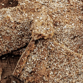Hausgemachtes-Knäckebrot-Sonnenblumenkerne-Sesam-gehackte-Mandeln